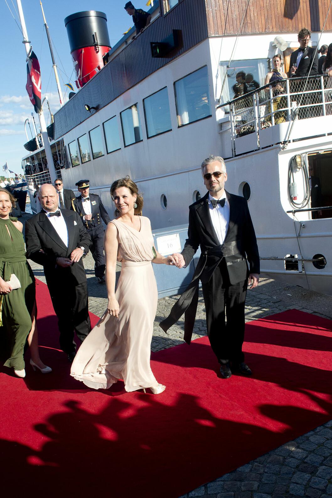 UTSTRÅLER SIKKERHET: Prinsesse Märtha Louise med ektemannen Ari Behn fotografert i forbindelse med prins Carl Philip og prinsesse Sofias bryllup i helgen. Foto: NTB scanpix