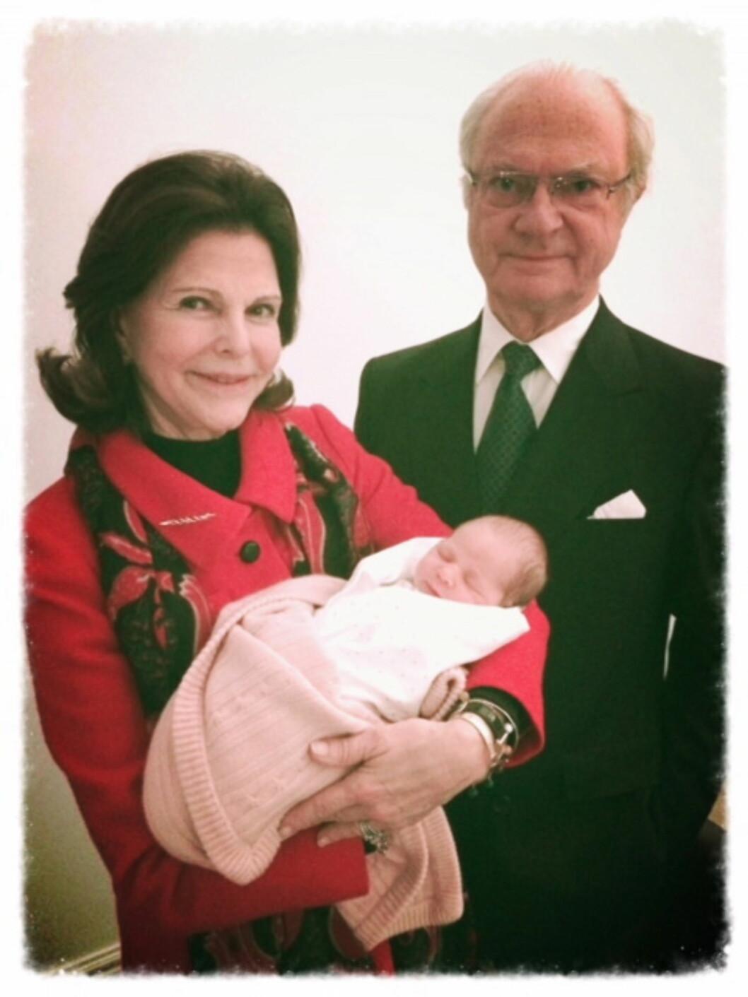 STOLTE BESTEFORELDRE: Da prinsesse Leonore kom til verden 20.februar for halvannet år siden, dro kongeparet som vi ser her sporenstreks til New York for å hilse på barnebarnet. Nå er de bare en liten kjæretur unna.  Foto: kungahuset.se