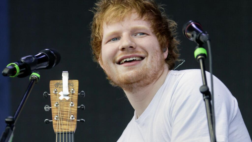 SKØYERAKTIG STJERNE: Ed Sheeran overrasket en fan på et kjøpesenter i Canada nylig, som fikk tidenes opplevelse da han begynte å synge duett med henne. Her er stjernen på scenen under New Orleans Jazz & Heritage Festival i mai. Foto: SipaUSA