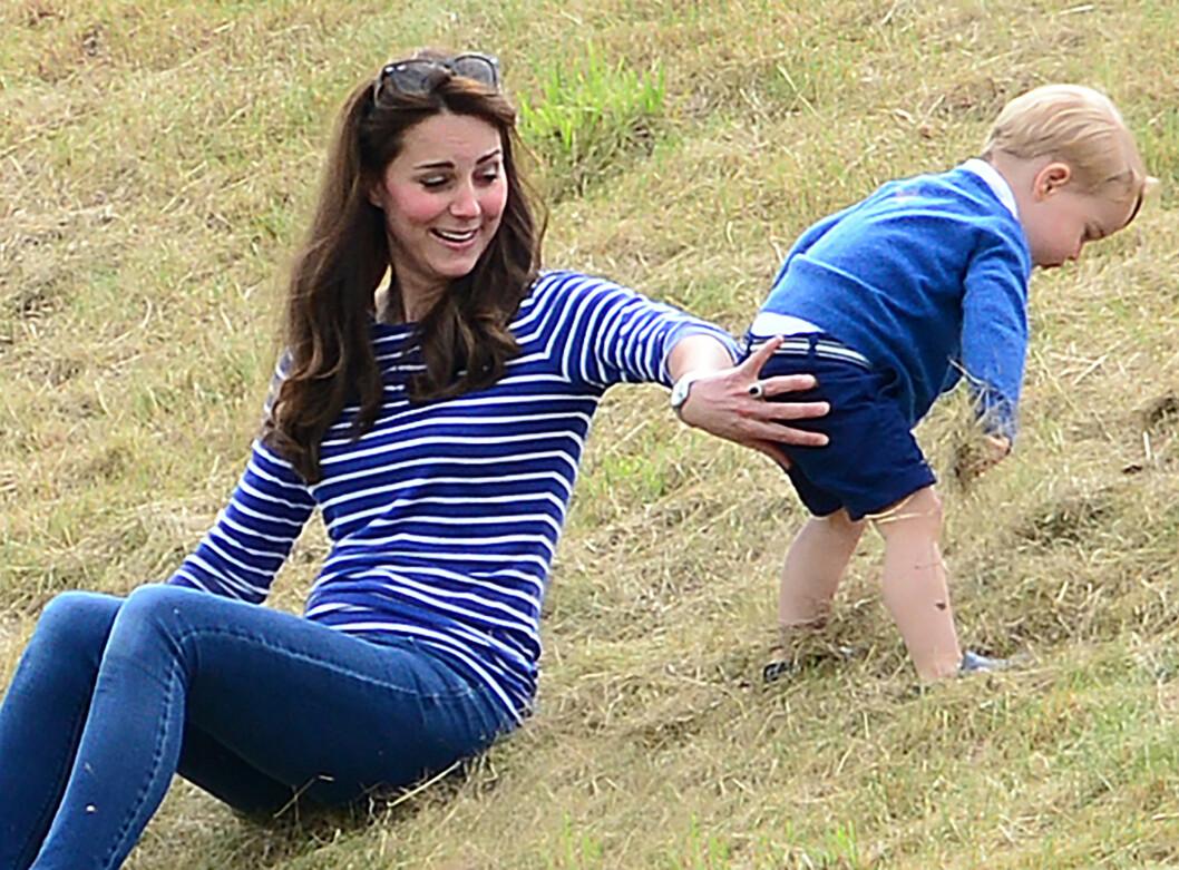 PASSET PÅ: Mamma måtte passe litt ekstra på lilleprinsen da han lekte i skråningen ved polobanen. Foto: NTB Scanpix
