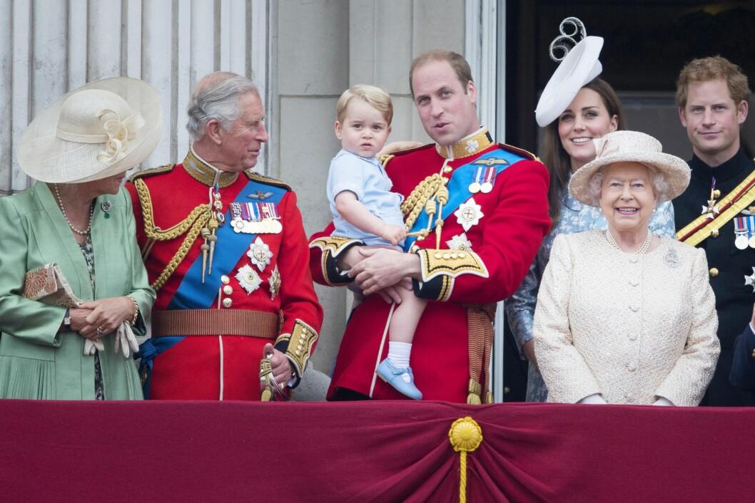 PÅ BALKONGEN: Prins George strålte i blått da han representerte det britiske dronninghuset på balkongen på Buckingham Palace lørdag formiddag. Foto: NTB Scanpix