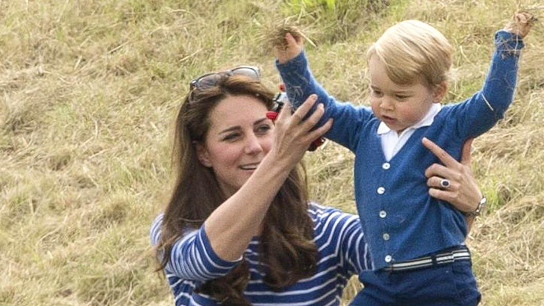 JUBELRUS: Prins George hygget seg i gresset med mamma hertuginne Kate, mens pappa prins William og onkel Harry spilte polo på eksklusive Beaufort Polo Club i England søndag formiddag. Foto: NTB Scanpix