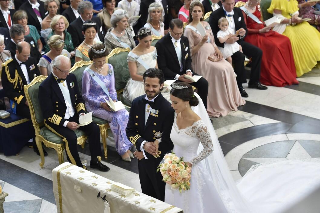 <strong>BRUDEPARET:</strong> Prins Carl Philip smilte fra øre til øre da han så sin vakre brud ved alteret.  Foto: NTB Scanpix