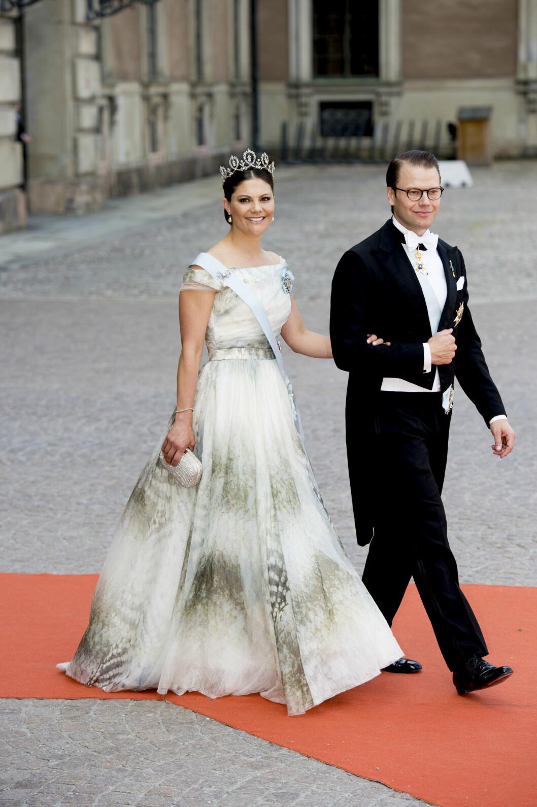 <strong>BILLIG-KJOLE:</strong> Kronprinsesse Victoria gikk for design fra Hennes &amp;amp;amp;amp;amp;amp;amp;amp;amp;amp;amp;amp;amp;amp;amp;amp;amp;amp;amp;amp;amp;amp; Mauritz&amp;amp;amp;amp;amp;amp;amp;amp;amp;amp;amp;amp;amp;amp;amp;amp;amp;amp;amp;amp;amp;#039; conscious collection. Her med ektemannen prins Daniel på vei inn i kirken. Foto: NTB Scanpix