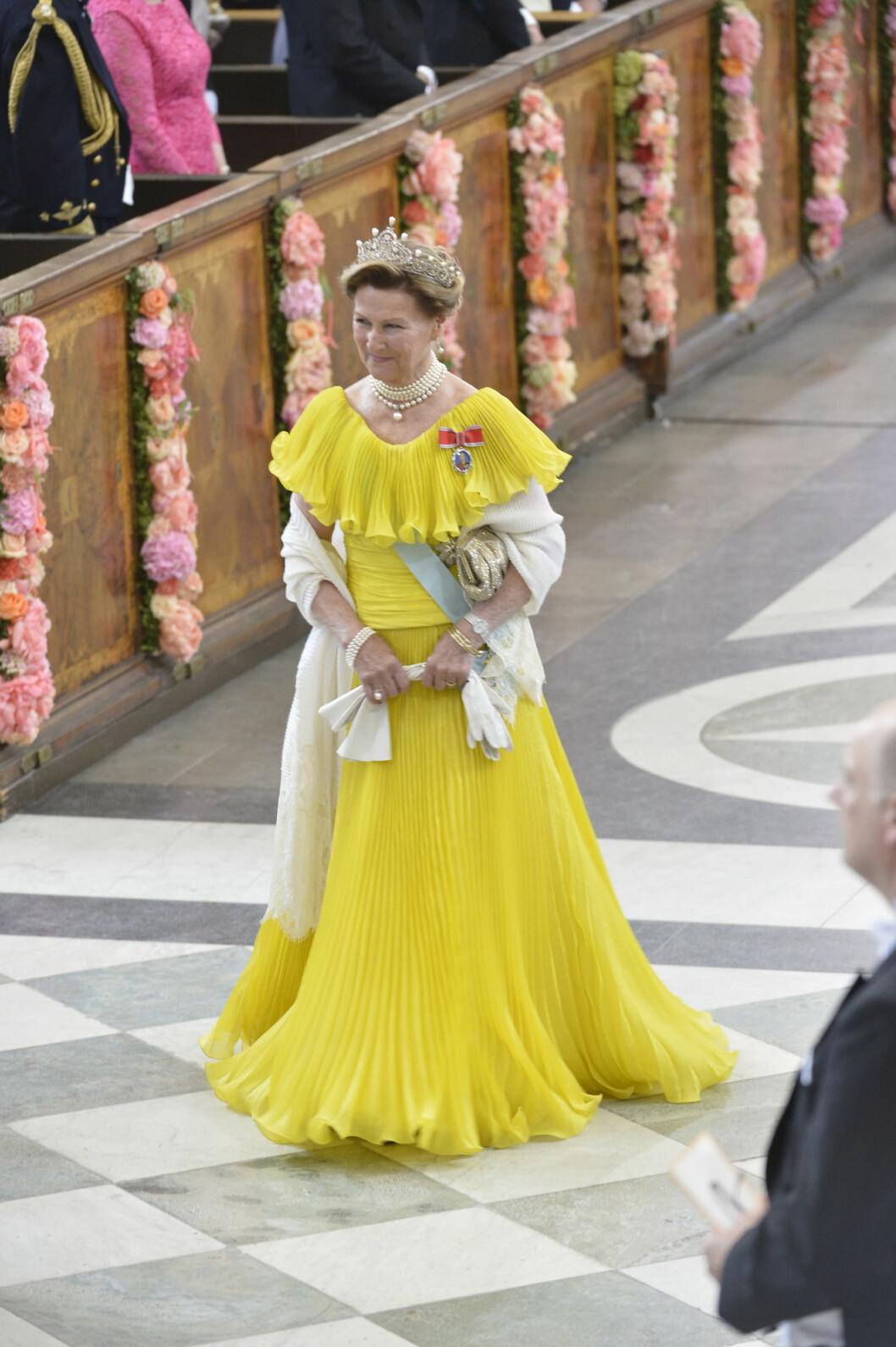 <strong>GULT ER KULT:</strong> Dronning Sonja gikk for gjenbruk - og strålte i den knallgule kjolen hun har brukt ved en rekke rojale tilsteldninger tidligere. Kanskje en hyllest til det svenske flagget, som kjent er blått og gult? Foto: NTB Scanpix