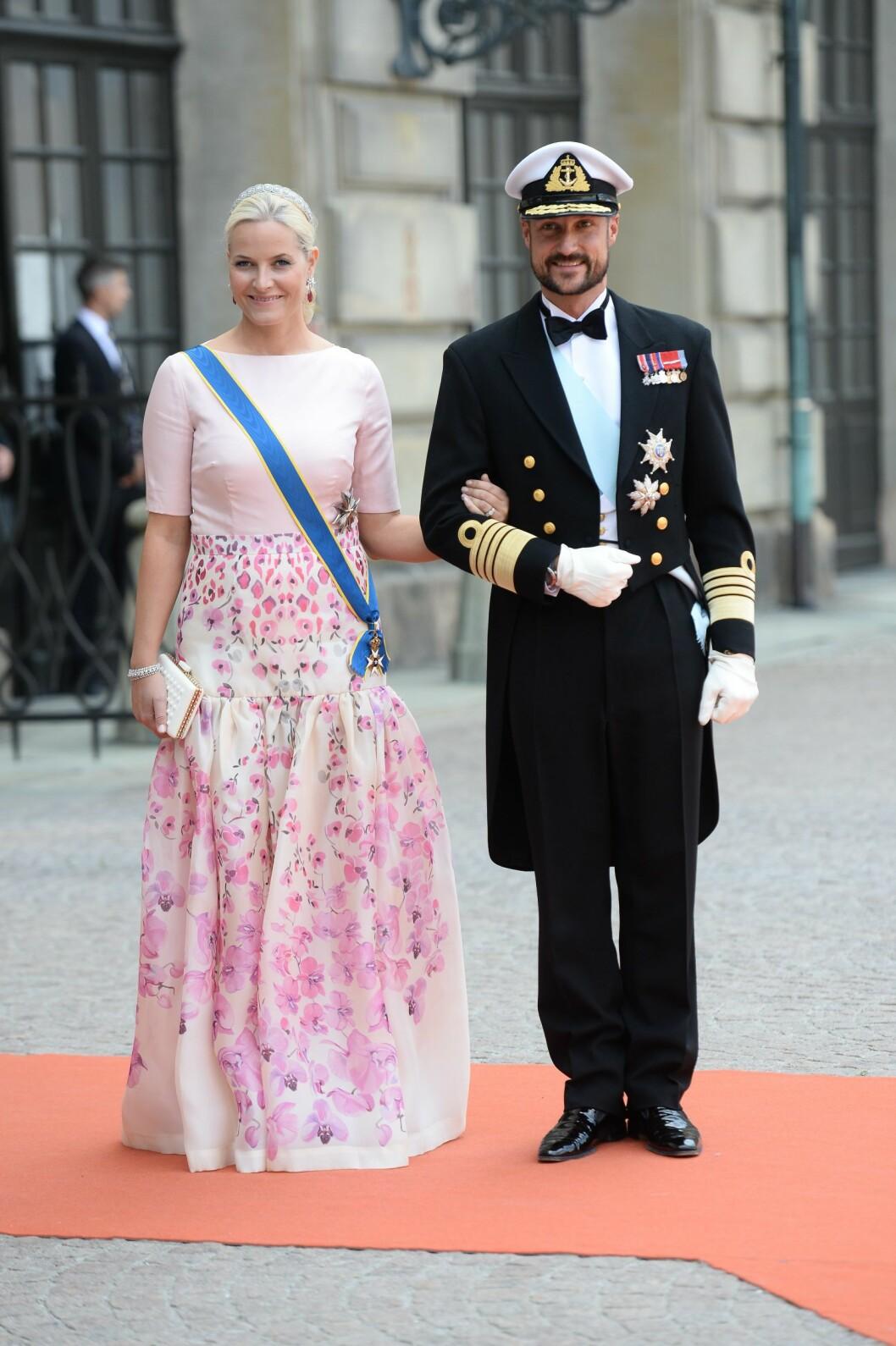 <strong>TODELT:</strong> Mette-Marits antrekk ligner på en kjole, men er i virkeligheten er spesialdesignet overdel med matchende skjørt.  Foto: NTB scanpix