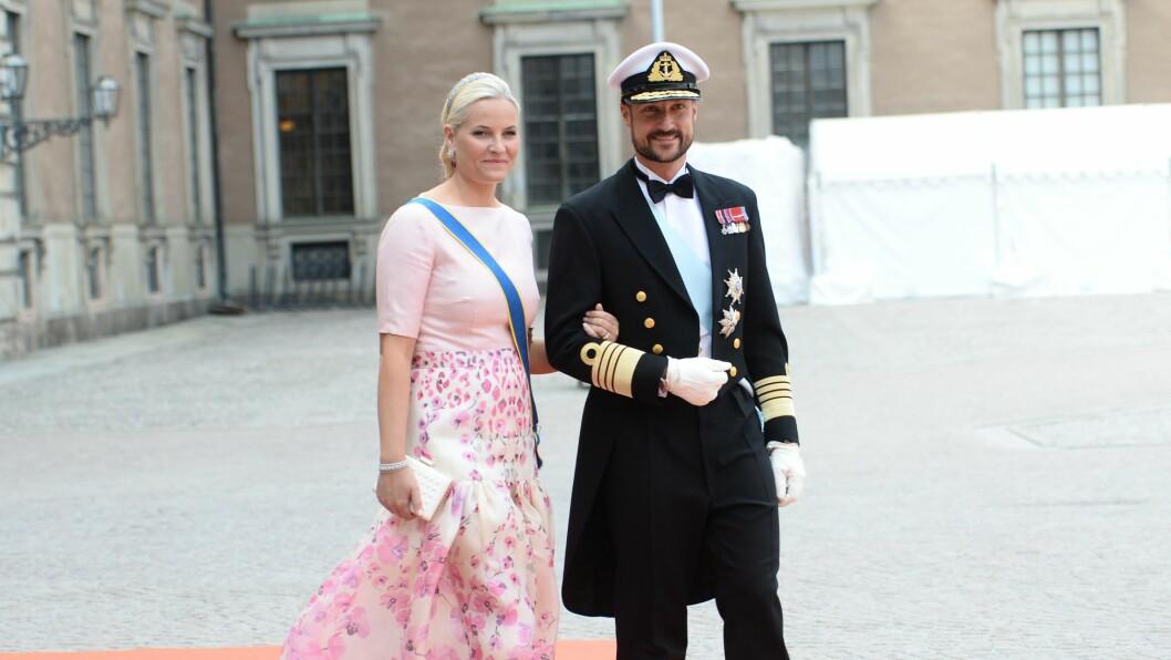 <strong>ROSA PÅ BALL:</strong> Kronprinsesse Mette-Marit var kledd i blomsterdekorert skjørt fra Temperley London og en spesialdesignet overdel fra Nina Skarra da hun ankom det svenske bryllupet i følge med sin uniformskledde ektemann Haakon.  Foto: NTBscanpix