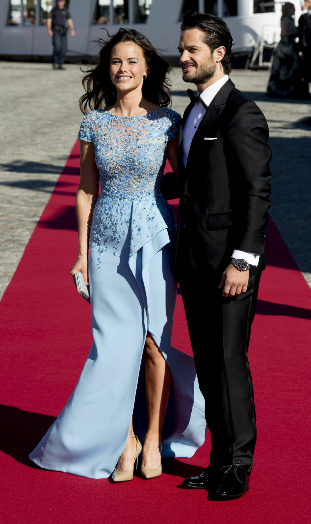 <strong>FORELSKET:</strong> Lørdag 13. juni får endelig prins Carl Philip sin Sofia Hellqvist. Her fra førfesten kvelden i forveien. Foto: NTB Scanpix