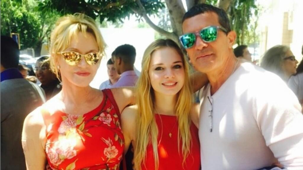 STOLTE FORELDRE: Det er ett år siden ekteskapet mellom Melanie Griffith og Antonio Banderas ble oppløst. I helgen stilte de opp sammen for å feire datteren Stellas vitnemål. Foto: Instagram&Melanie Griffith
