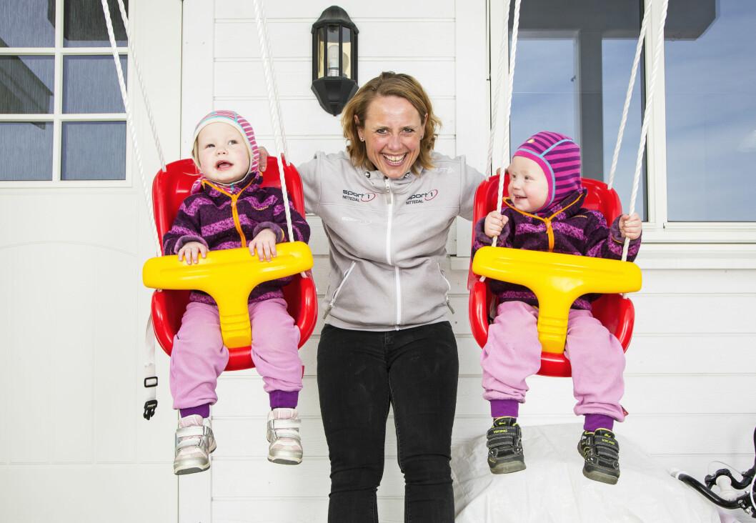 TVILLING-MAMMA: Linda storkoser seg som mamma til halvannet år gamle Hermine og Milla.  Foto: TOR LINDSETH/SE OG HØR