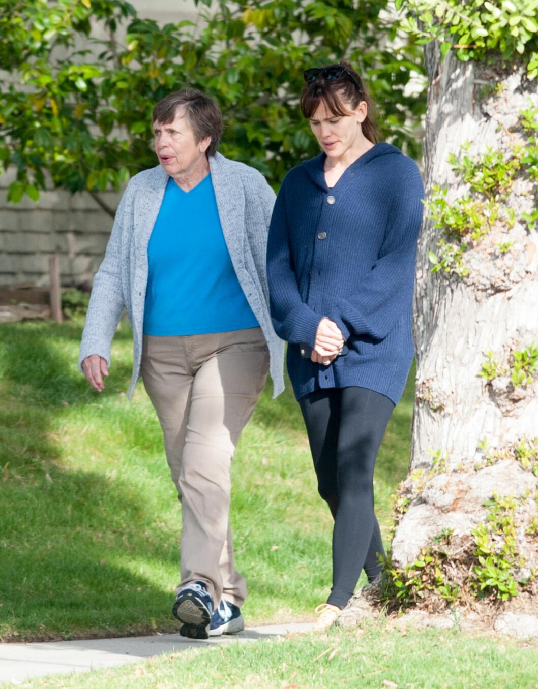 FÅR STØTTE AV MOR: Mens ektemannen lever sitt eget liv får Jennifer blant annet hjelp av sin Patricia Garner. Her er de to fotografert på tur i Brentwoods gater i midten av mai. Foto: NTB Scanpix