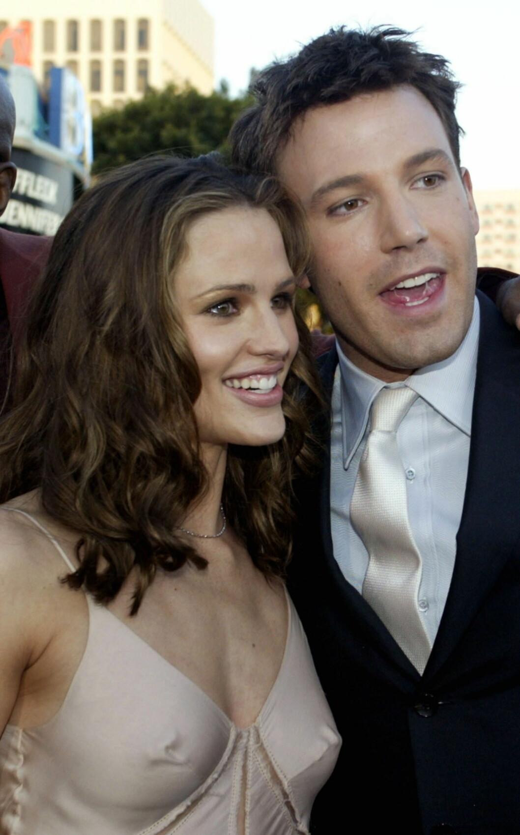 FØR DET HELE BEGYNTE: Jennifer Garner og Ben Affleck spilte mot hverandre i actionfilmen «Daredevil» i 2003. Her er de to fotografert på premieren i Los Angeles i februar 2003. Året etter begynte de å date, og to år etter at dette bildet ble tatt var de blitt mann og kona. Nå 10 år senere slår idyllen sprekker, og spørsmålet alle stiller seg er om Hollywood-ekteparet kommer til å feire 10 års bryllupsdag 29. juni 2015. Foto: NTB Scanpix