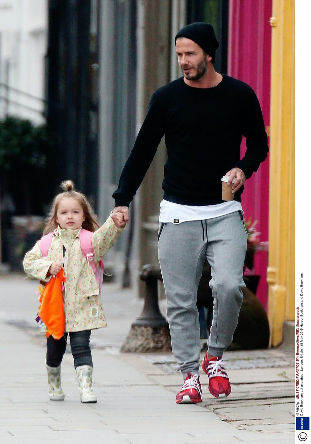 PAPPAS JENTE: Det er ingen tvil om at David Beckham forguder sin eneste datter - men den flotte firebarnsfaren burde kanskje tenkt en ekstra runde over sikkerheten da han og familien var på båttur denne uken. Dette bildet er tatt av far og datter i London 18. mai.   Foto: NTB Scanpix