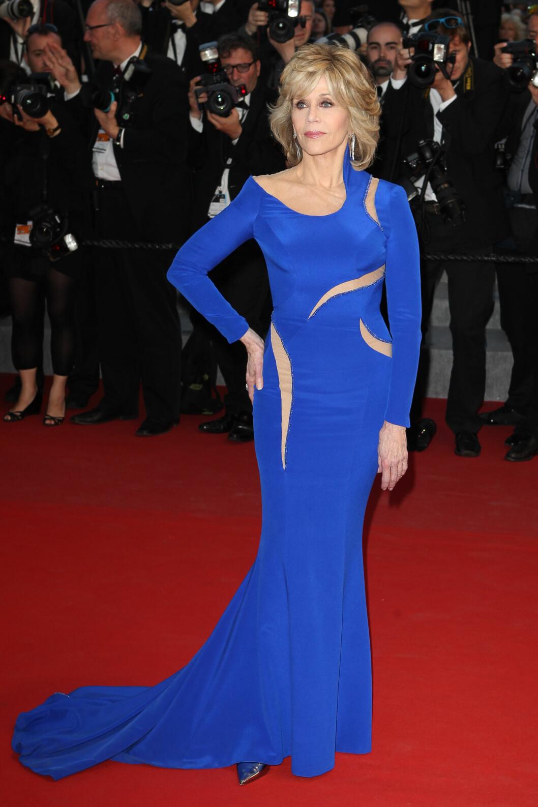 HOLDER SEG I FORM: Den veldreide stjernen fikk lange blikk da hun skled ned den røde løperen i Cannes i midten av mai.  Foto: NTBscanpix