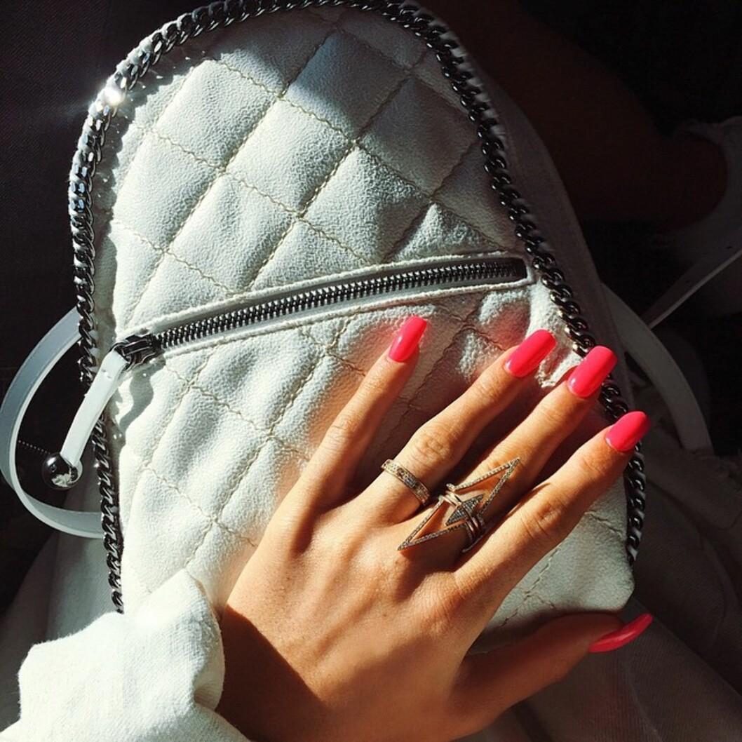 <strong>GULL SOM GLITRER:</strong> Denne uken la Kylie ut bilder av sin nye manikyr, og avslørte også at hun har fått gullring på ringefingeren. Foto: SipaUSA