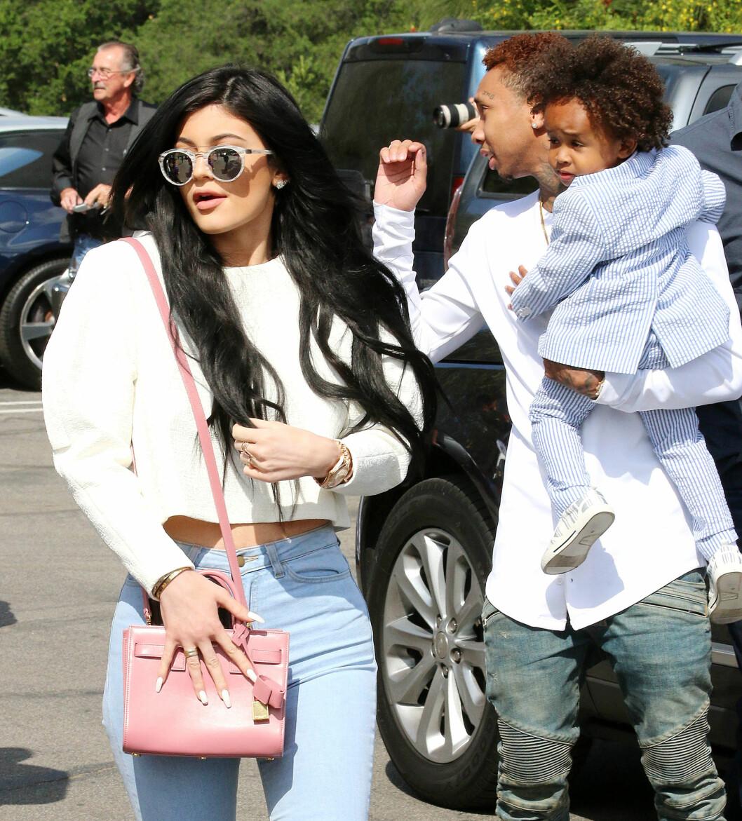 <strong>INN I VARMEN:</strong> Rapperen Tyga og sønnen King (2), som han har fra et tidligere forhold, var invitert med da Kardashian-familien feiret påskehøytiden med gudstjeneste i Los Angeles. Her er de to og Tygas kjæreste Kylie Jenner, på vei inn til gudstjenesten. Foto: Broadimage