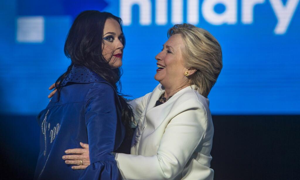 TILHENGER: Hillary Clinton fikk med seg artisten Katy Perry og samlet nærmere 15 000 velgere i Philadelphia i staten Pennsylvania tre dager før valget. Entusiasmen var stor på amfiteateret i byen bare tre dager før valget, som Clinton fortsatt er favoritt til å vinne. Foto: Øistein Norum Monsen / Dagbladet