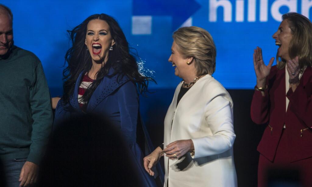 STJERNELAG: Hillary Clinton fikk med seg artisten Katy Perry og flere kjendiser på scenen i Philadelphia i natt. Foto: Øistein Norum Monsen / Dagbladet