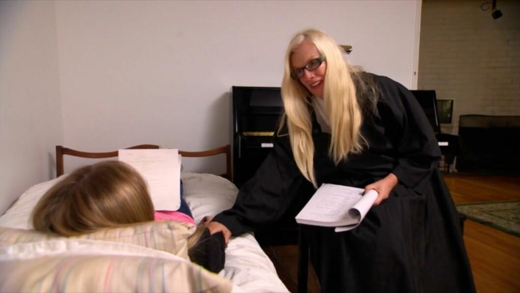 SPILLER MOT DATTEREN: Gunilla Persson gir alt i skuespillerutfordringen, mens datteren Erika formodentlig prøver å holde seg alvorlig etter først å ha begynt å le. Foto: TV3