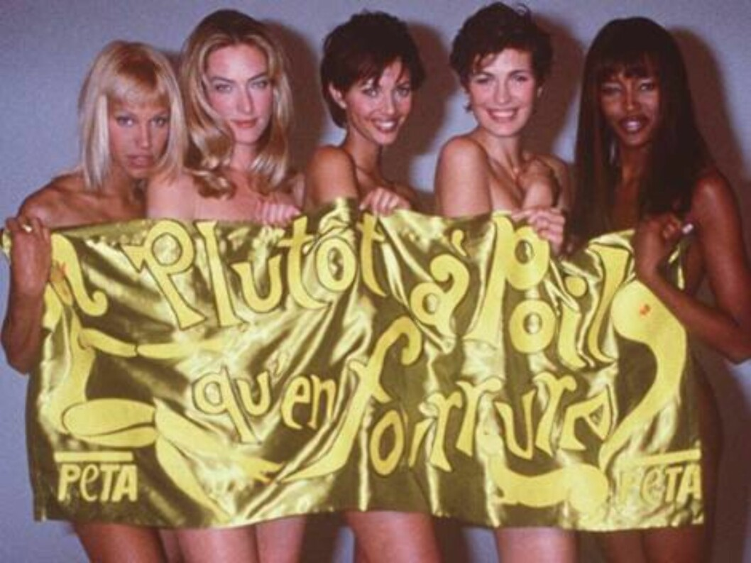 "FOR USE WITH FEATURE PACKAGE FOR SUNDAY NOV. 2 --FILE--Models, including Naomi Campbell, right, pose naked as they hold a banner which reads in French, ""Rather nude than wear fur,"" in Paris, Jan. 16, 1994. The models posed in support of the animal defense Foto: AP"