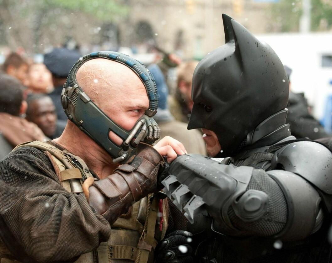 """SKURK: I filmen """"The Dark Knight Rises"""" spiller Tom Batmans fiende, Bane. Her er han i en scene med Christian Bale."""