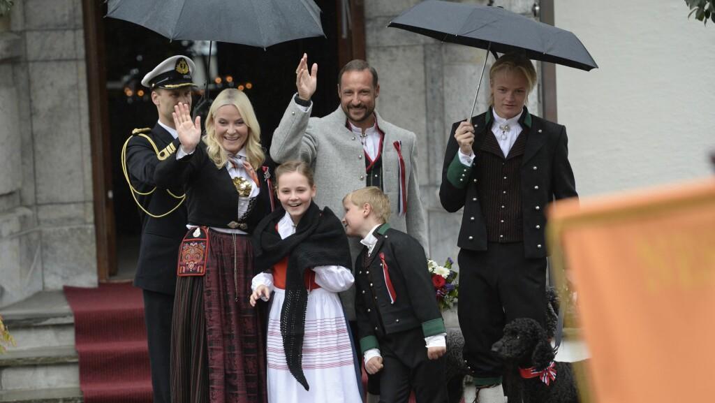GODT HUMØR: Til tross for at regnet høljet ned, var kronprinsfamilien i strålende humør. Foto: NTB scanpix