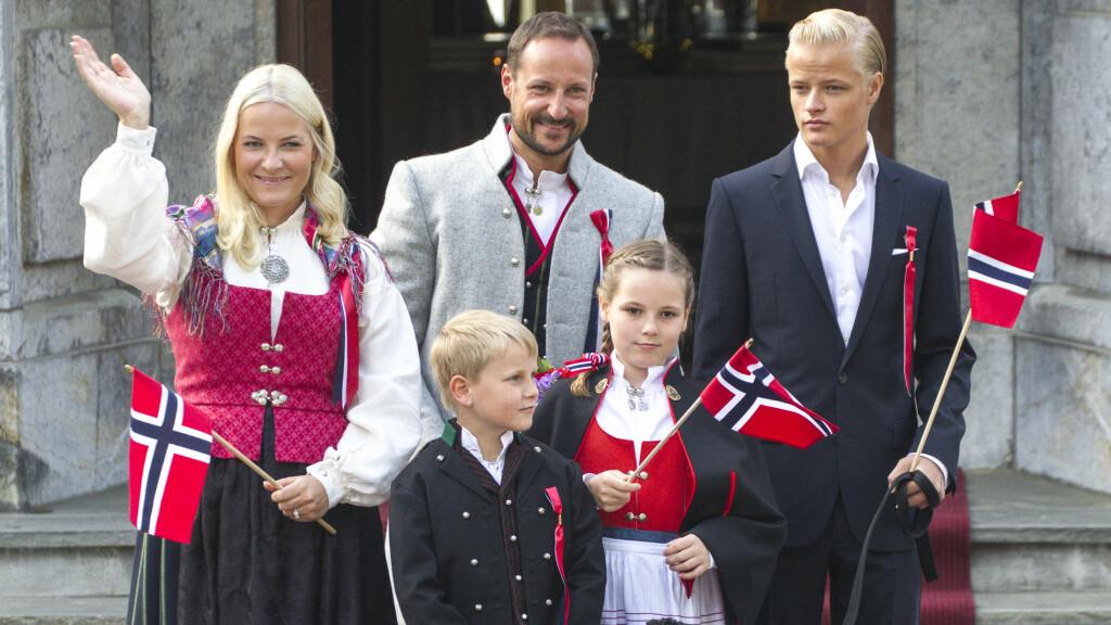 I FJOR: Kronprinsesse Mette-Marit hadde Askerbunaden under fjorårets 17.mai-feiring på Skaugum. Også kronprins Haakon og prinsesse Ingrid Alexandra hadde den lokale bunaden, mens prins Sverre Magnus var kledd i herrebunad fra Vest-Agder.  Foto: Andreas Fadum
