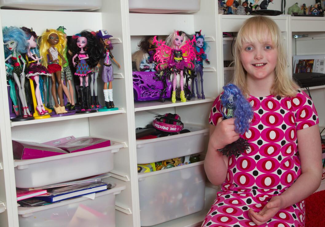 ELSKER DUKKER: Selv om Mille er stor, er hun fremdeles et barn som elsker å leke med dokkene sine. Ekstra stas er det de dagene noen blir med henne hjem etter skoletid. Foto: SVEND AAGE MADSEN/SE OG HØR