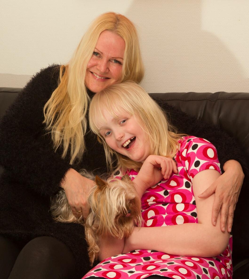 LIKER Å KOSE: Selv om Mille er stor av vekst, er hun ikke for stor til å krype inn i mamma Ninas armkrok for å få ekstra kos. Foto: SVEND AAGE MADSEN/SE OG HØR