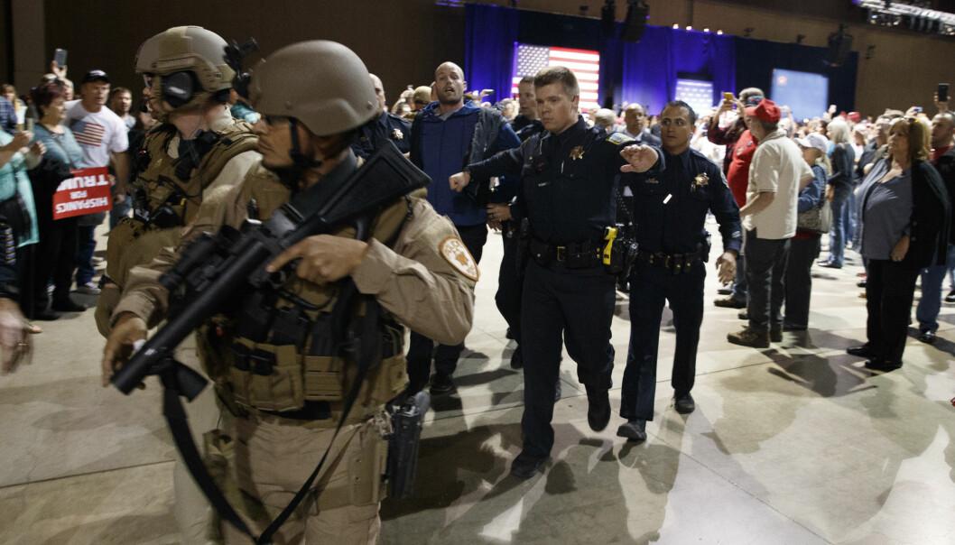 PÅGREPET: Her blir Austyn Crites pågrepet og ført ut av salen. Han ble senere løslatt. Foto: AP Photo / Evan Vucci / NTB scanpix