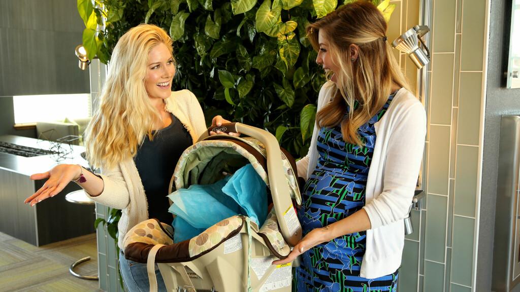 BLE MAMMA: Holly Montag (til høyre) har fått en sønn. Her er hun sammen med lillesøster Heidi da hun arrangerte babyshower. Foto: Splash News
