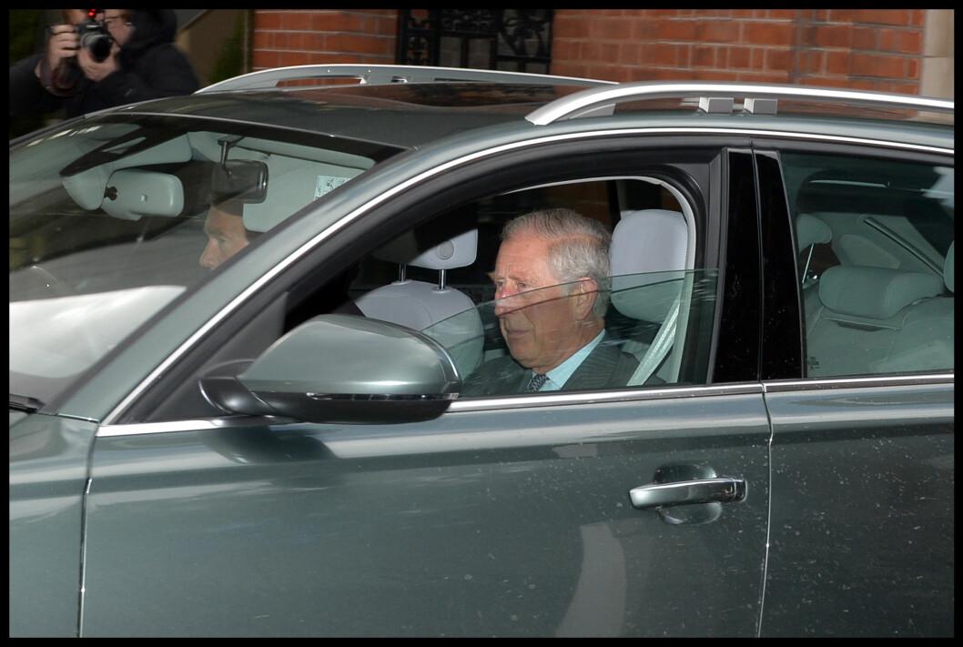 <strong>BEGEISTRET BESTEFAR:</strong> Prins Charles har uttalt at han håpet at prins William og hertuginne Kates andre barn skulle bli en jente. Her forlater han Kensington Palace tirsdag, etter besøk nummer to hos lille prinsesse Charlotte.  Foto: Polaris