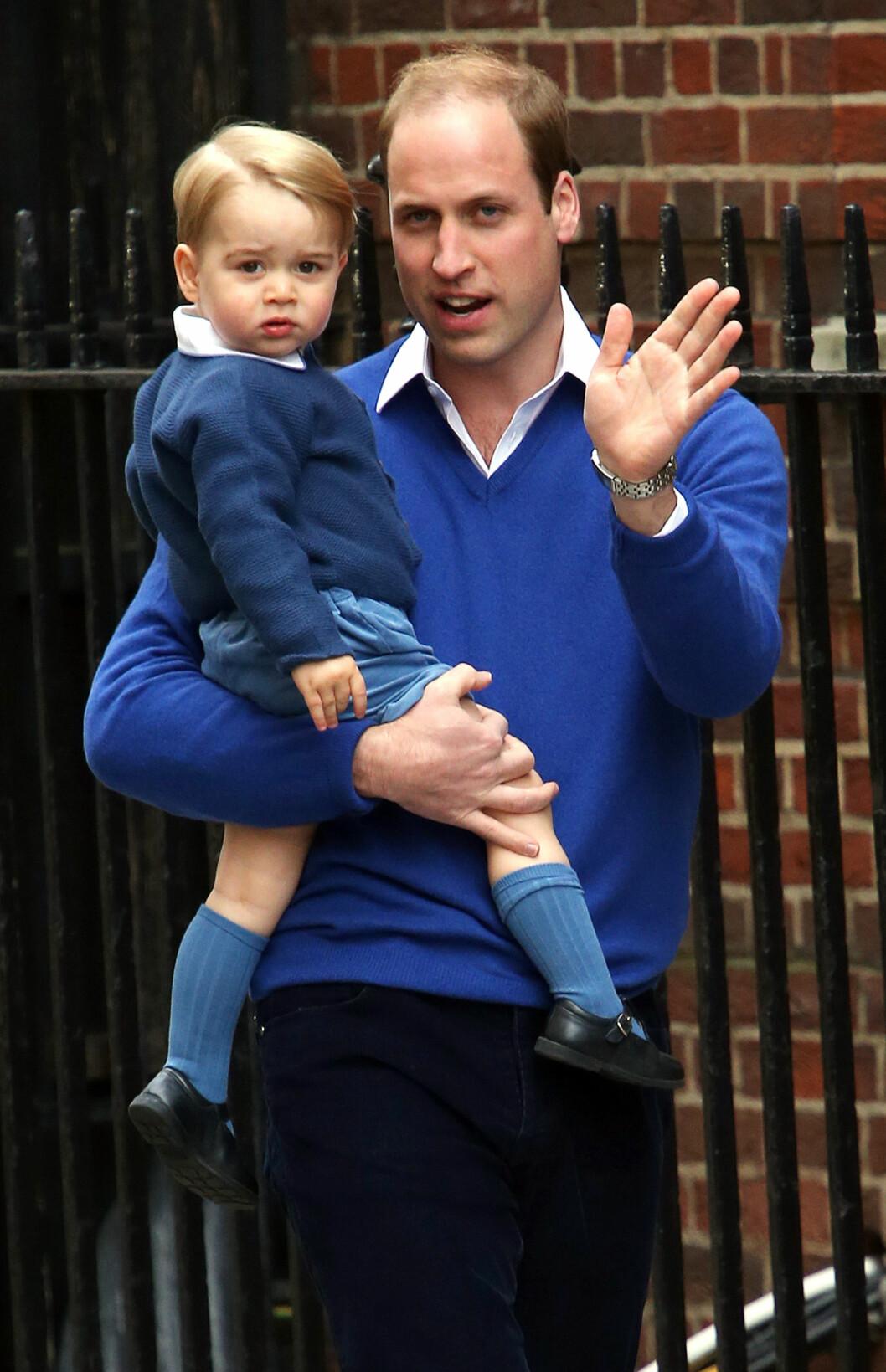 <strong>TOBARNSFAR:</strong> Prins William og lille prins George ved the Lindo Wing på sykehuset St. Marys i London lørdag, kort tid etter at prinsesse Charlotte var kommet til verden.  Foto: Zuma Press