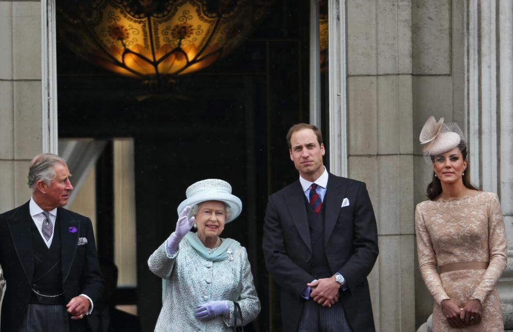 NÆRT FORHOLD: Prins William og hertuginne Kate fikk landstedet Anmer Hall i gave av dronning Elizabeth (t.v) etter at prins George ble født. Det er trolig her dronningen får møte sitt nyeste oldebarn for første gang. Her er de tre sammen med prins Charles på balkongen på Buckingham Palace i juni 2012.  Foto: Ap