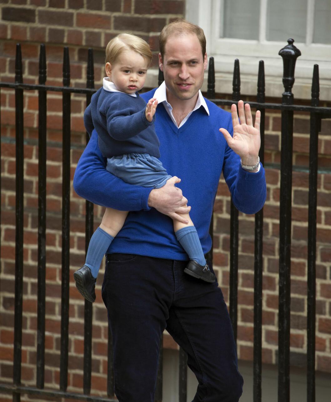 FAMILIEMANN: Det var prins William som kjørte hertuginne Kate til sykehuset St. Marys i London da fødselen var i gang. Før familien forlot sykehuset, hilste også lille prins George på det fremmøtte pressekorpset. Foto: Splash News