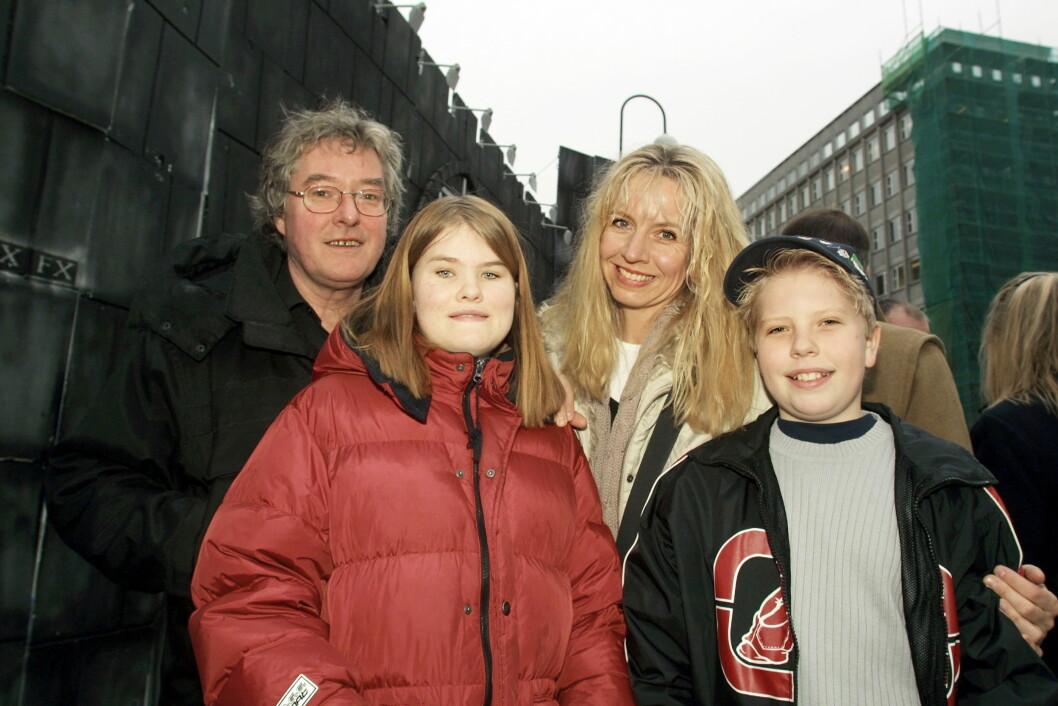 FAMILIELYKKE: Hege Schøyen og ektemannen Arild Andersen er stolt av de to barna Line og Jakob. Bildet er tatt i 2001. Foto: Se og Hør