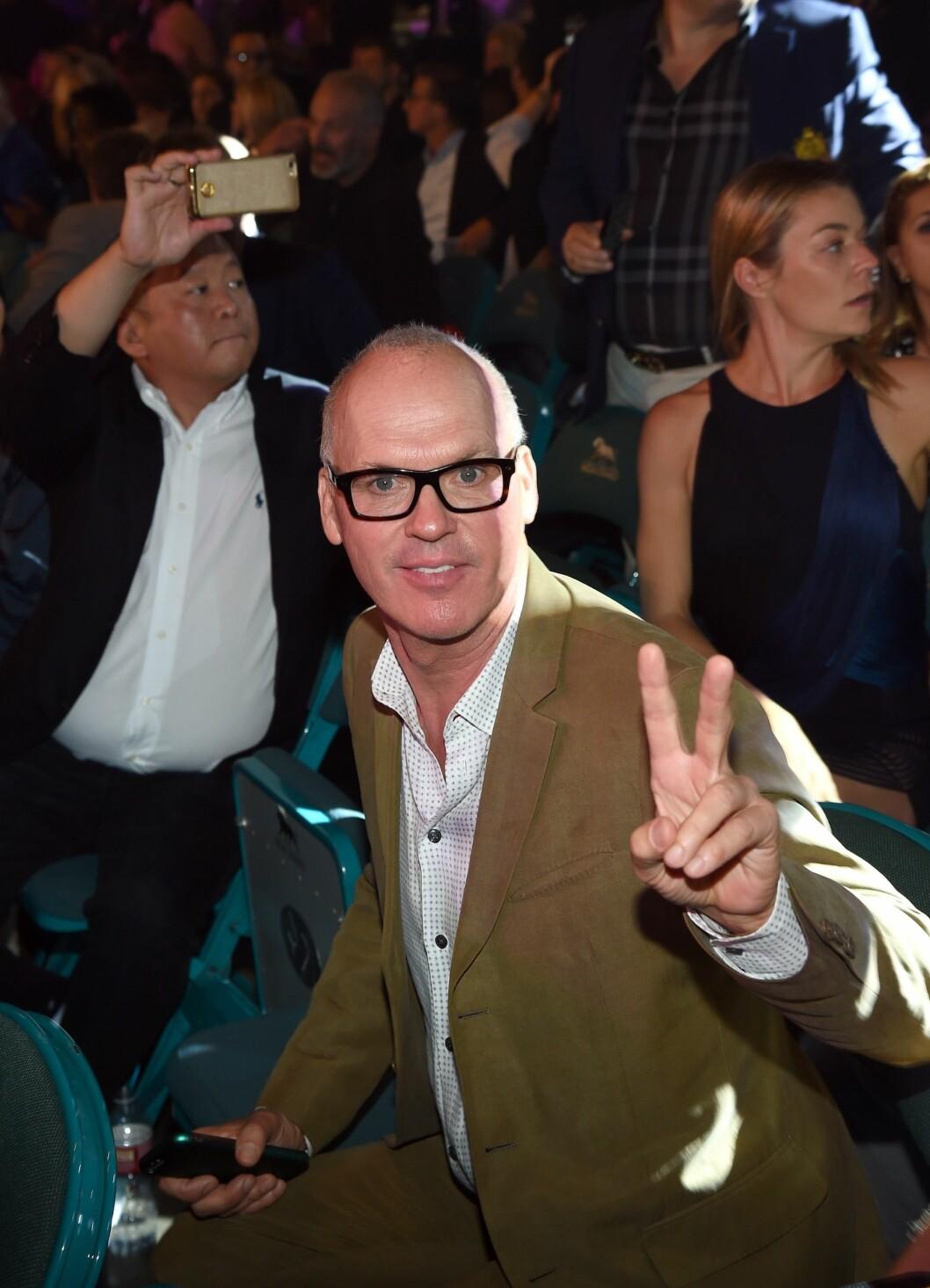 DUKKET OPP: «Birdman»-stjernen Michael Keaton var til stede på Mayweather VS Pacquiao-kampen lørdag kveld.  Foto: Afp
