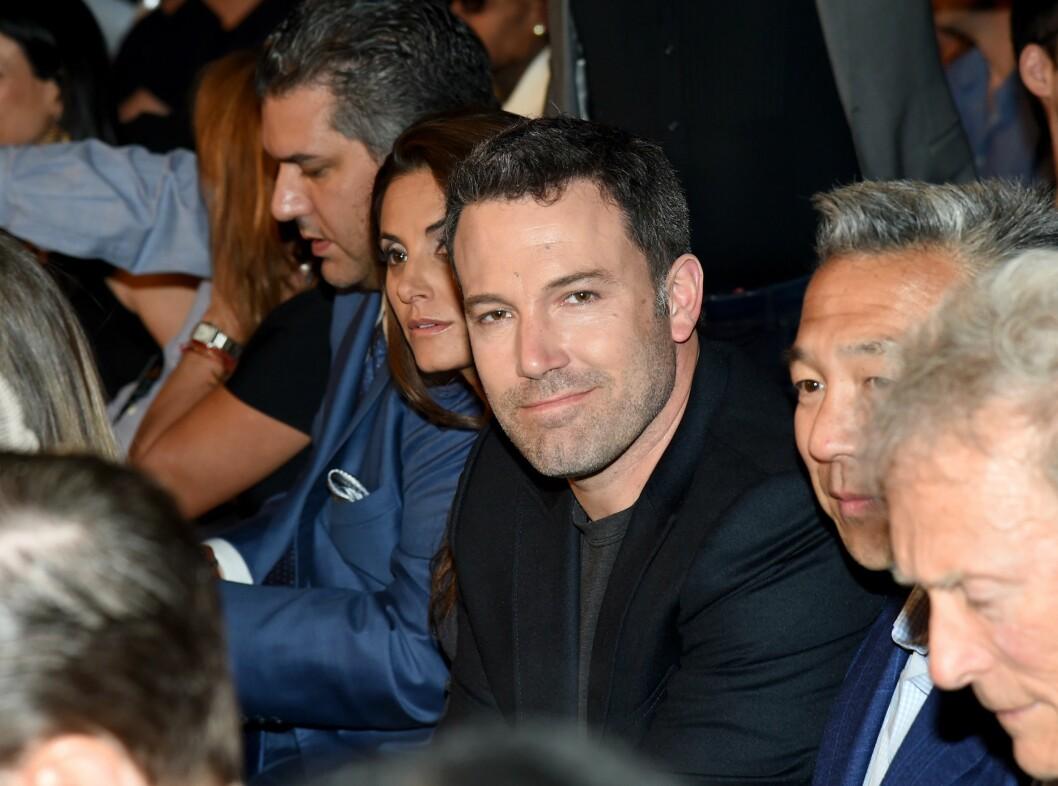 KOSTE SEG: Skuespiller og regissør Ben Affleck så ut til å hygge seg på tribunen under kampen.  Foto: Afp