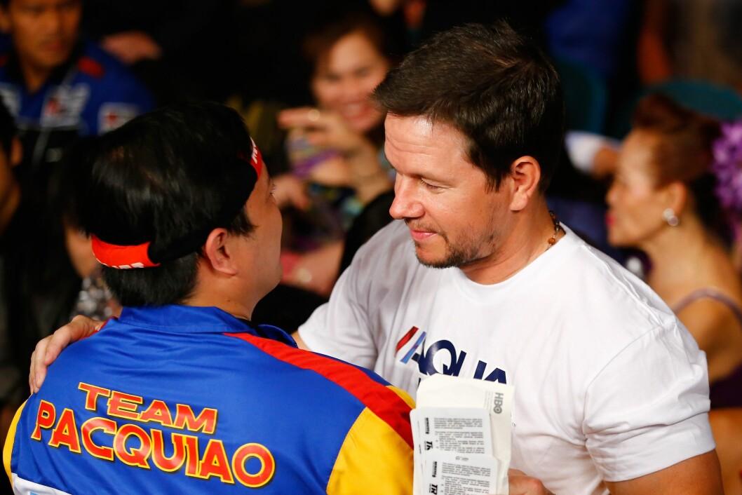 MUSKELBUNT: Skuespiller Mark Wahlberg ble Oscar-nominert for rolltolkningen sin av bokseren Micky Ward i «The Fighter» (2010). Han tok seg tid til fansen i Las Vegas lørdag kveld.  Foto: Afp
