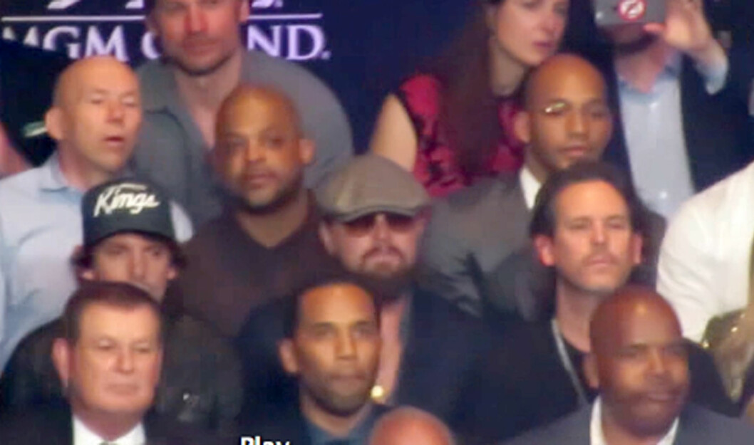 Leonardo Dicaprio takes photos on phone as he watches historic Mayweather fight in Las Vegas, Beyonce and Jay Z behind the ropes watch also for 12 rounds of action. Leo was spotted sitting a few rows back in the center with his standard cap and beard as he put his hand on his chin in thought while watching the match unfold as he sat with some friends. Jay Z and Beyonce had the best seats in the house as they sat far right in the very front row (red rope cuts through their eyes in some photos). Manny and Mayweather are shown throwing punches at each other as they did battle in front of all the A-list crowd. Growing Pains child star, Jeremy Miller, sat next to Dicaprio as his guest for the entire fight for an 80's reunion to where Leo got his first ever start on tv with Miller. Many other celebs were grouped together including Diddy and Cassie, also Jake Gyllenhaal, Donald and Melania Trump were also in the front rows. Foto: Splash News