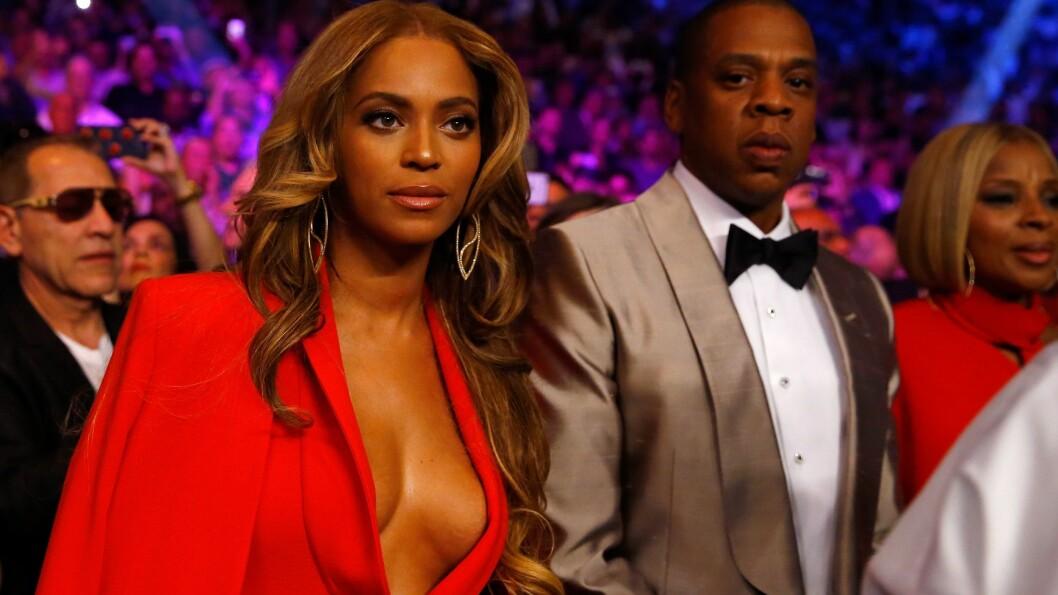 DIVA: Superparet Beyoncé Knowles og Jay Z var selvskrevne gjester under boksekampen på MGM Grand Garden Arena i Las Vegas lørdag kveld. Mens mange nok fulgte med på det som skjedde i ringen, fikk popdivaen også oppmerksomhet for sitt dristige antrekksvalg. Foto: Afp