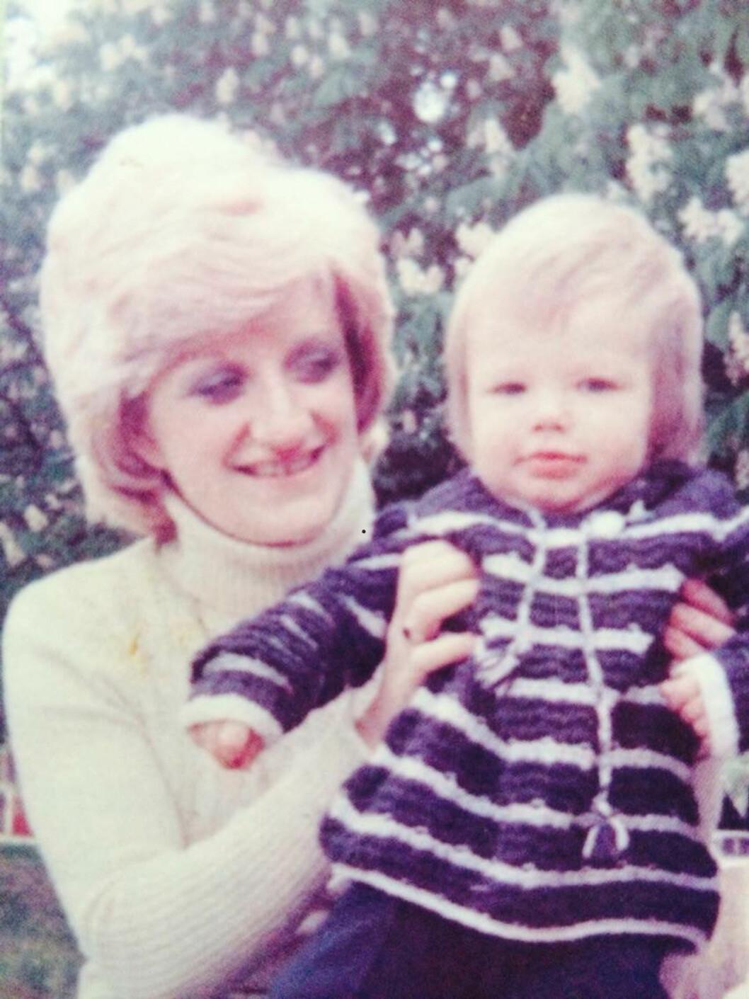 TIDLIG KRØKES: Lille David fotografert i mammas favn på midten av 70-tallet. Foto: NTB Scanpix
