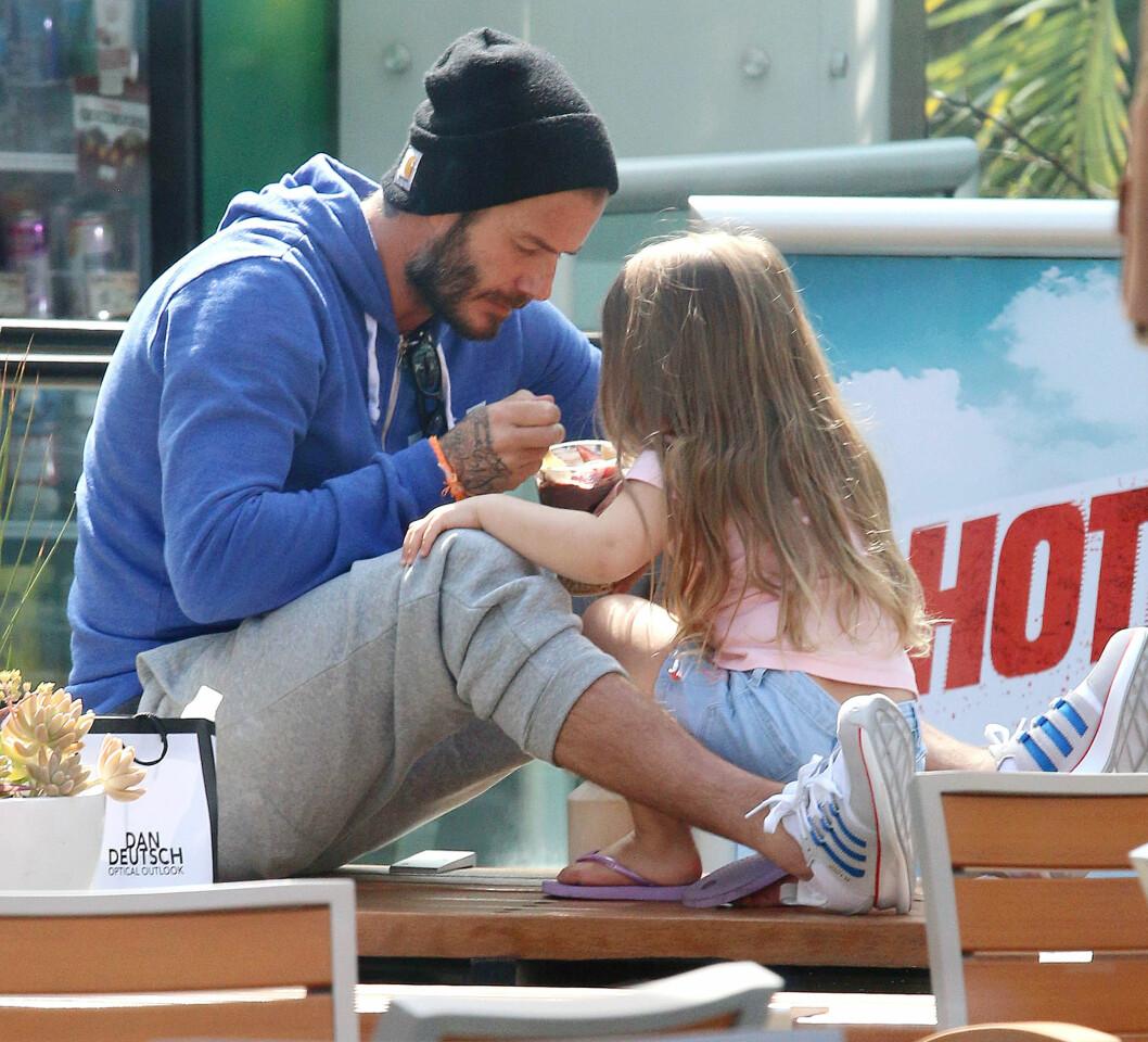 HOT: David Beckham og datteren Harper trives i hverandres selskap - og den skjønne 3-åringen hadde ingenting imot å bli matet med Acai-smoothie at sin flotte far i Hollywood-solskinnet i april. Foto: NTB Scanpix