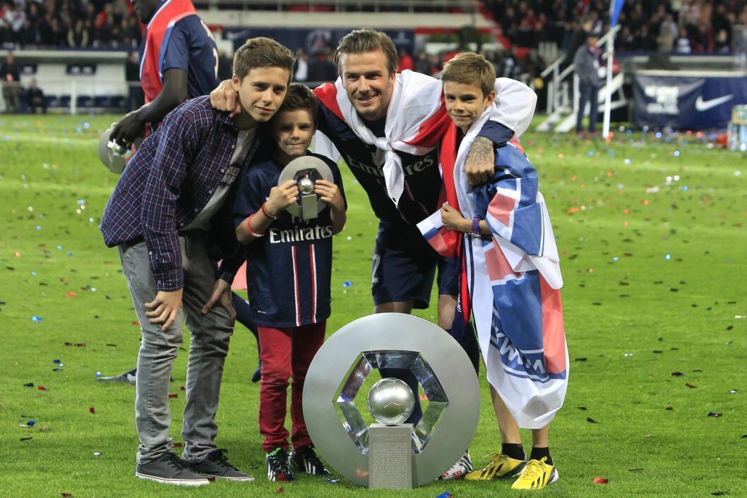 STOLT FAR: Da David Beckham la opp som fotballspiller i 2013 spilte han for den franske toppklubben Paris Saint-Germain. Som seg hør og bør ble han hyllet etter sin siste match, og også sønnene Brooklyn, Romeo og Cruz jublet for sin far.  Foto: NTB Scanpix