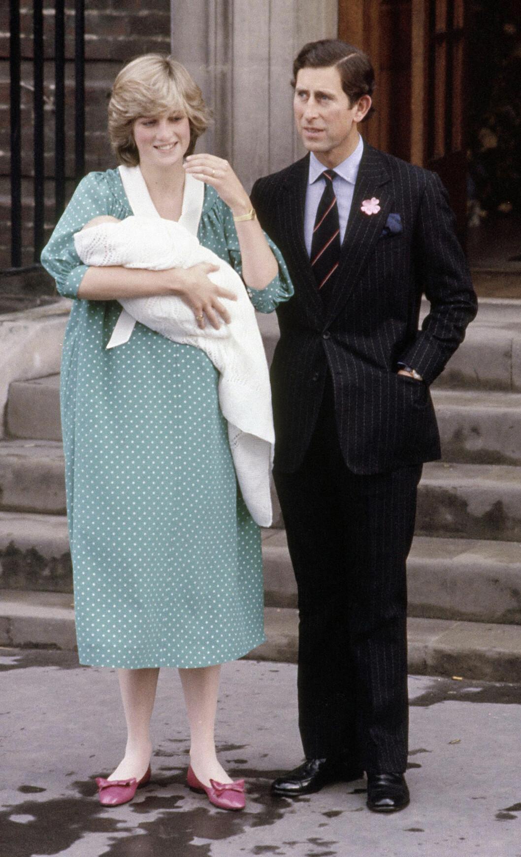 DEN GANG DA: Dagen etter at prins William ble født 21. juni 1982, viste de stolte foreldrene Diana og Charles fram sin lille prins utenfor St. Mary's Hospital i Paddington. Foto: NTB Scanpix