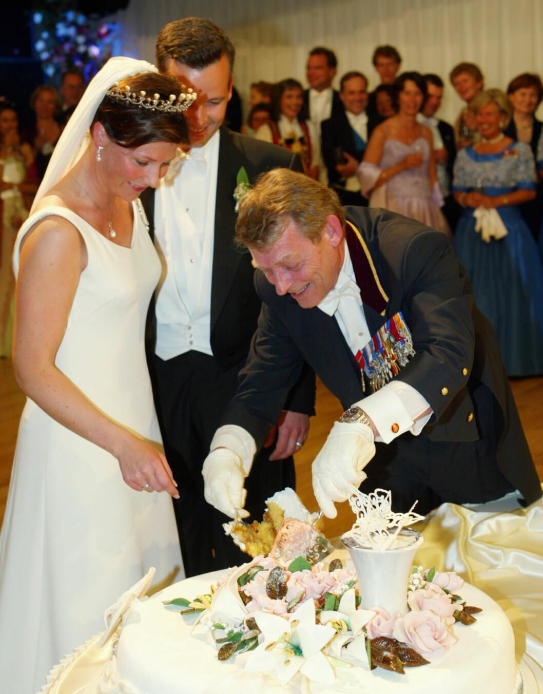 ALLSIDEIG: En hovmesters oppgaver ved Slottet er svært varierte. Her skjærer John Henrik Schreiner opp bryllupskaka til Ari og Märtha i Stiftsgården etter bryllupet i Nidarosdommen. Foto: NTB scanpix