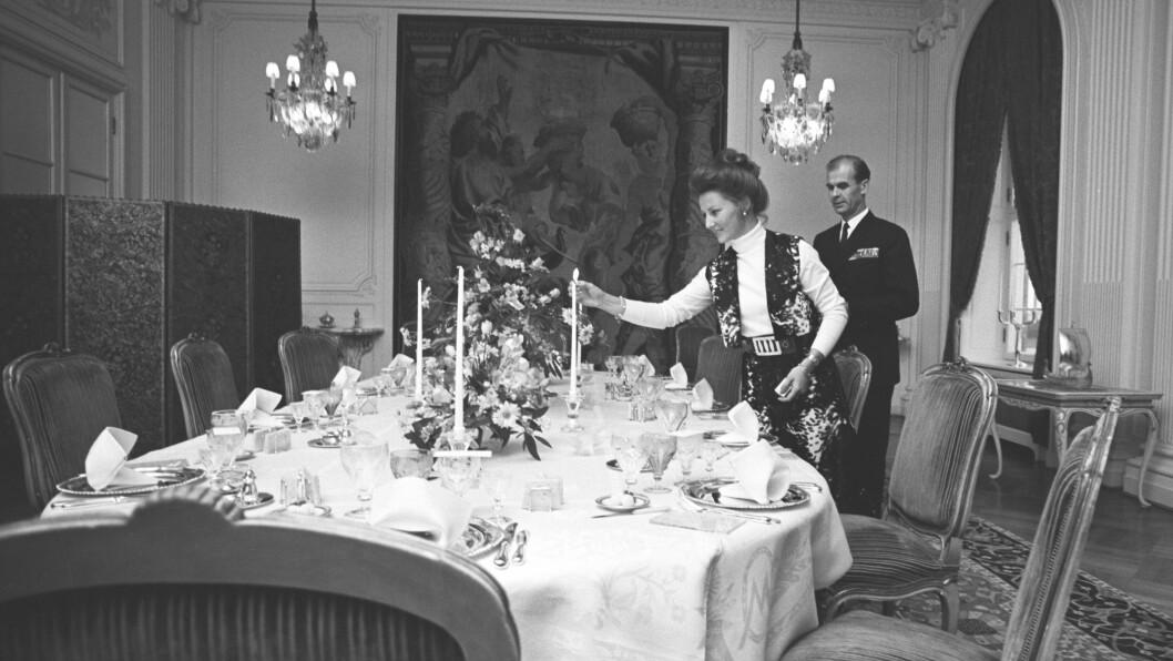 SONJA OG HOVMESTEREN: Bildet kan nesten minne litt om sort/hvitt-scenen fra den kjente kortfilmen Grevinnen og hovmesteren, som sendes på NRK hver lille julaften. Bildet er tatt på Skaugum i 1970, da Sonja var kronprinsesse. Foto: NTB scanpix