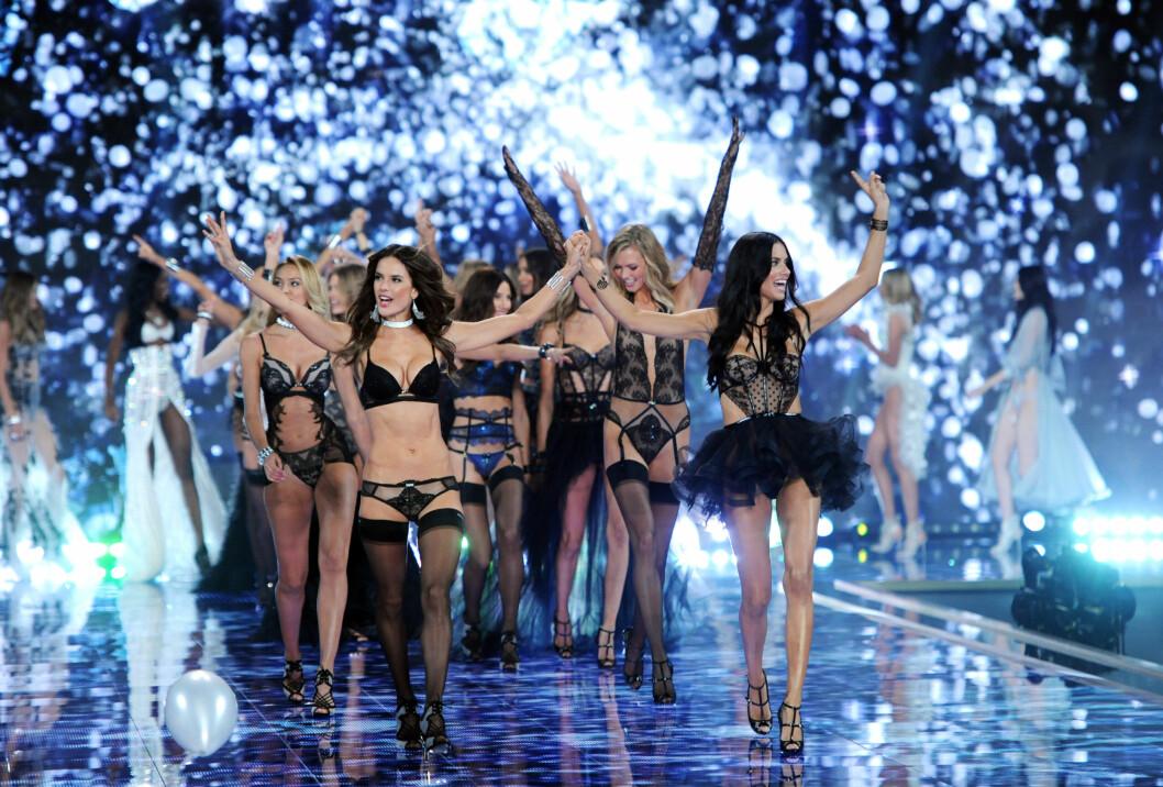 JUBLET: Victoria's Secret-ensemblet virket godt fornøyde med sitt aller første undertøysshow utenfor USA tirsdag kveld. Foto: Stella Pictures