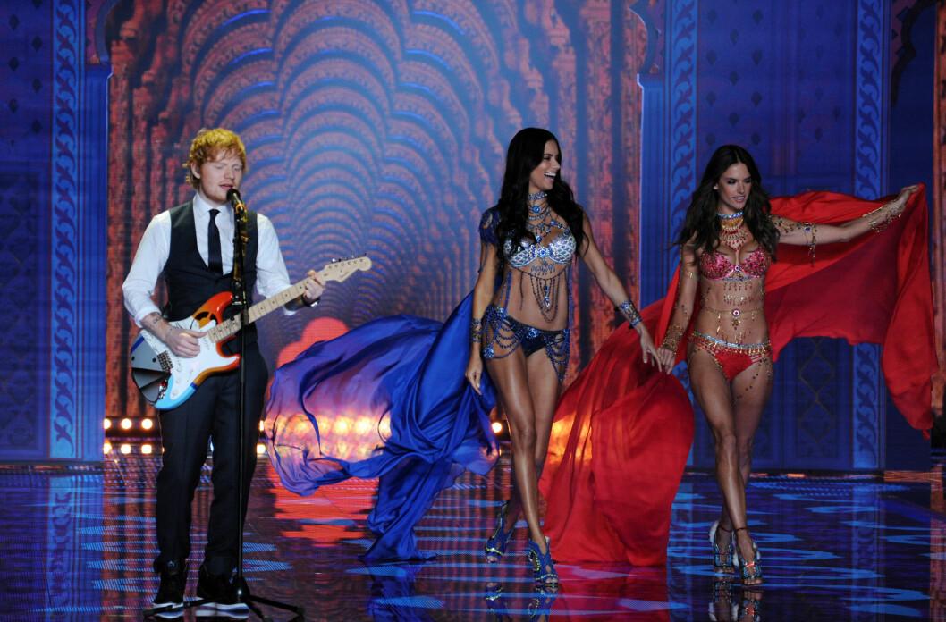 KOSTBAR LAST: Ed Sheeran sang og spilte mens Adriana Lima og Alessandra Ambrosio viste frem hver sin latterlig dyre «Fantasy Bra». Foto: Stella Pictures