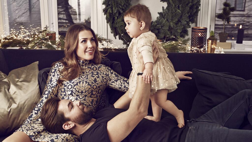 MIDTPUNKTET: Det er ingen tvil om at lille Billie er mamma og pappas øyensten. Her fra en fotoshoot tatt i forbindelse med en artikkel som sto på trykk i Se og Hør julen 2014. Foto: Truls M. Qvale